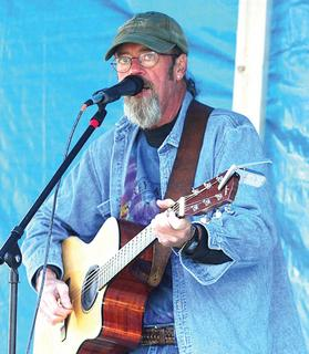 Mike Figgins entertains an afternoon crowd.